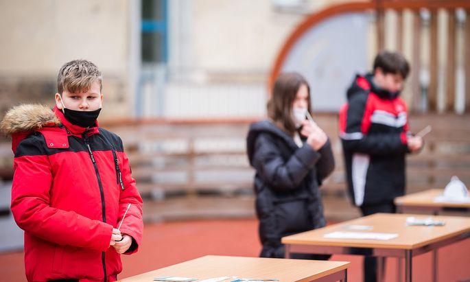 CORONA: FOTOTERMIN 'TESTSTRASSE VOR DER SCHULE' ANL. SCHULOeFFNUNGEN DURCH LOCKERUNGEN