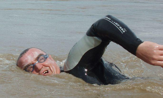 Mann durch Donau schwamm