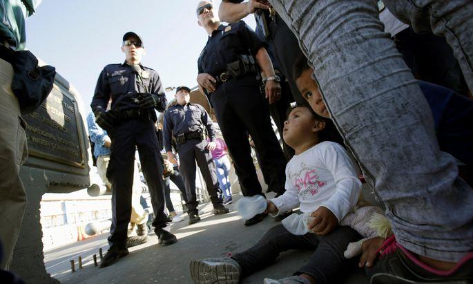 In Ciudad Juárez überprüfen US-Grenzpolizisten die Identität von Migranten. Auf Drängen seiner Frau Melania und seiner Tochter Ivanka stoppte Donald Trump die umstrittene Praxis der Trennung von Eltern und Kindern, die illegal über die Grenze kommen.