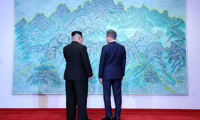 Gipfelbetrachtung: Kim Jong-un und Moon Jae-in (r.) vor einem Gemälde.