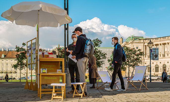 Bewegtes Museum: Ein Stand neben dem Heldentor soll eine Diskussion über den Heldenplatz anregen.