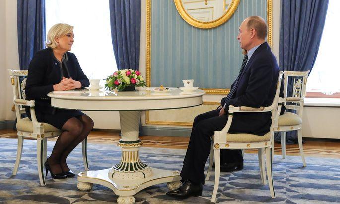 Marine Le Pen suchte die Nähe von Russlands Präsident Putin. Sie erhielt Millionenkredite zur Stützung ihrer Partei.