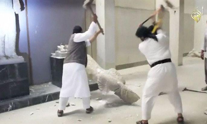 Auf einem am Donnerstag veröffentlichten Video werden IS-Kämpfer gezeigt, die die Statuen zerstören.
