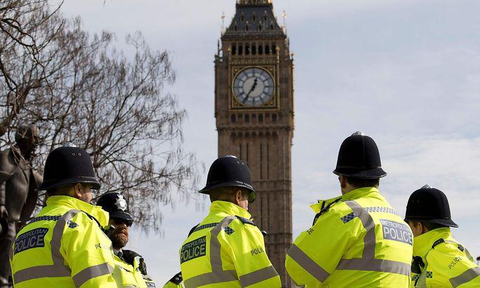 Polizisten vor dem Big Ben.