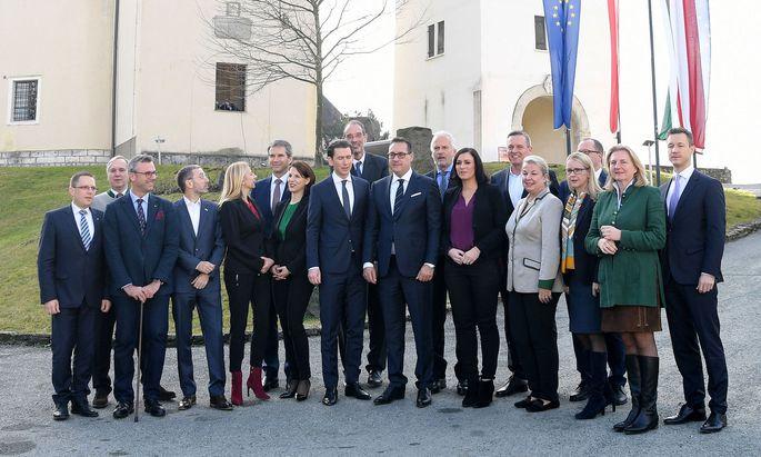 Bundeskanzler Sebastian Kurz und Vizekanzler Heinz-Christian Strache mit ihrem Regierungsteam (und den Klubobleuten) im steirischen Seggau.