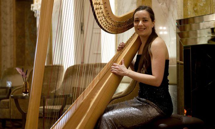 Ivana Bilisko mit ihrer Harfe in der Lobby Lounge des Hotel Imperial.