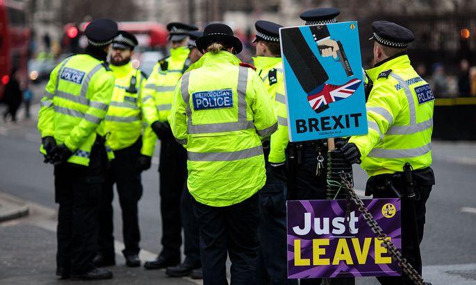 Archivbild: Polizisten Ende Jänner vor dem britischen Parlament