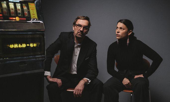 """Klaus Waldeck mit Sängerin Patrizia Ferrara sind auf dem neuen Album """"Grand Casino Hotel"""" zu hören."""