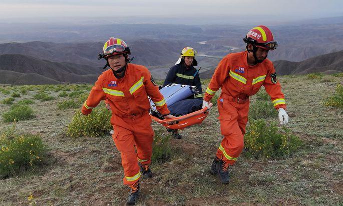 Rettungskräfte im unwegsamen Gelände