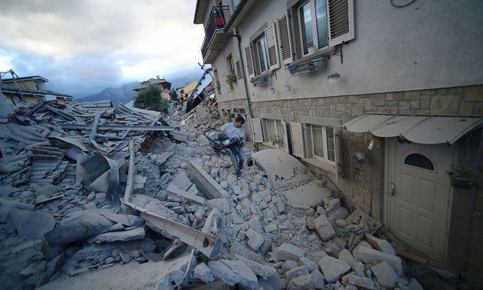 Von den meisten Häusern in Amatrice sind nur Trümmer geblieben. Dutzende Menschen könnten noch unter dem Schutt begraben sein.