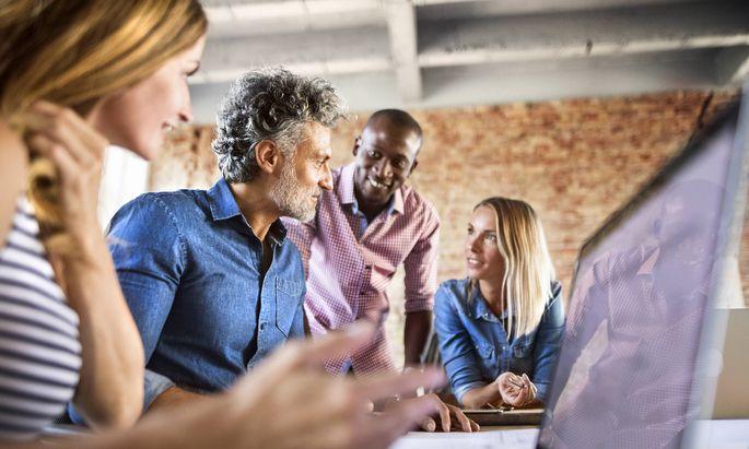 Eine Atmosphäre der offenen Kommunikation bringt ein Unternehmen weiter als autoritäre Führung.