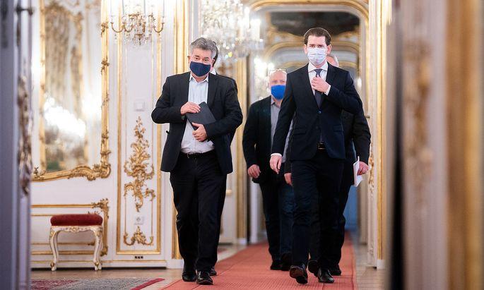 Am späten Vormittag waren Bundeskanzler Sebastian Kurz (rechts) und Vizekanzler Werner Kogler bei Bundespräsident Alexander Van der Bellen, um über die geplanten Lockerungsschritte nach dem Lockdown und die mittelfristige Strategie der Pandemiebekämpfung zu sprechen.