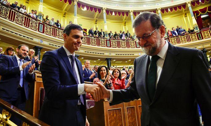 Mariano Rajoy (re.) gratuliert Pedro Sanchez nach dem erfolgreichen Misstrauensvotum gegen ihn.