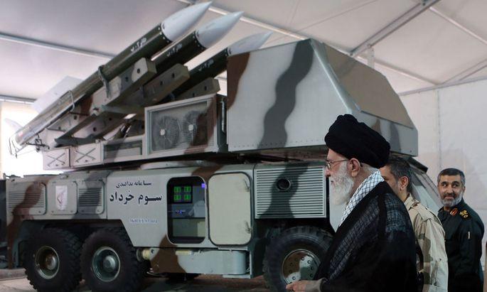 Irans Oberster Führer, Ali Khamenei, und ein System jenes Typs, das die Drohne abgeschossen hat.