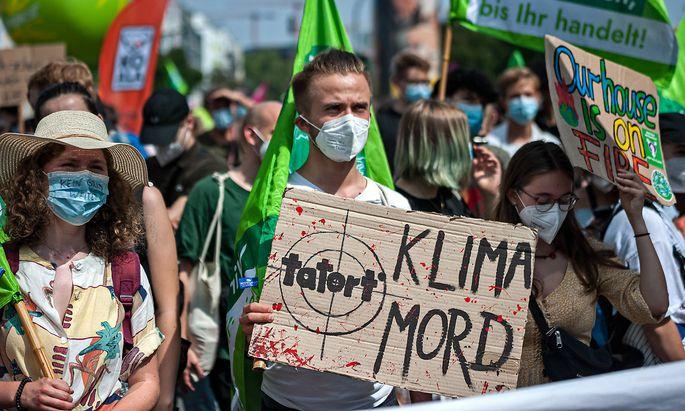 Zentralstreik von Fridays for Future in Frankfurt am Main Demonstrant haelt eine Schild mit der Aufschrift Tatort: Klima