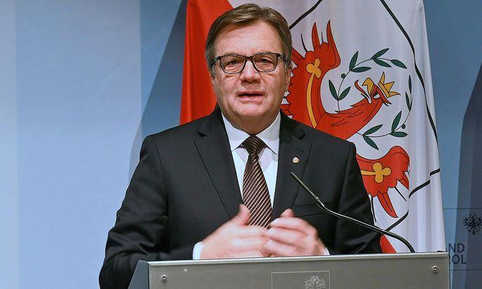 Tirols Landeshauptmann Günther Platter (ÖVP) will die Bevölkerung im Bezirk Kitzbühel testen lassen. Die Skirennen in Kitzbühel sagt er, vorläufig, ab.