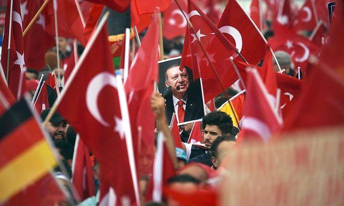 Erdogan-Anhänger demonstrieren in Deutschland.
