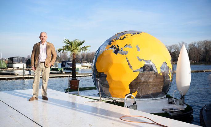 Martin Mai steht vor seinem Weltkugelboot.
