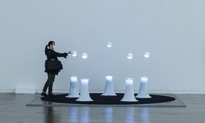 """Diese Kugeln tanzen im Luftstrom – wenn man nicht dieses labile Gleichgewicht boshaft stört: """"ObOrO"""" von Ryo Kishi, eine Installation in der Postcity."""