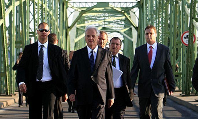 Der ungarische Präsident Laszlo Solyom auf der Grenzbrücke zur Slowakei.