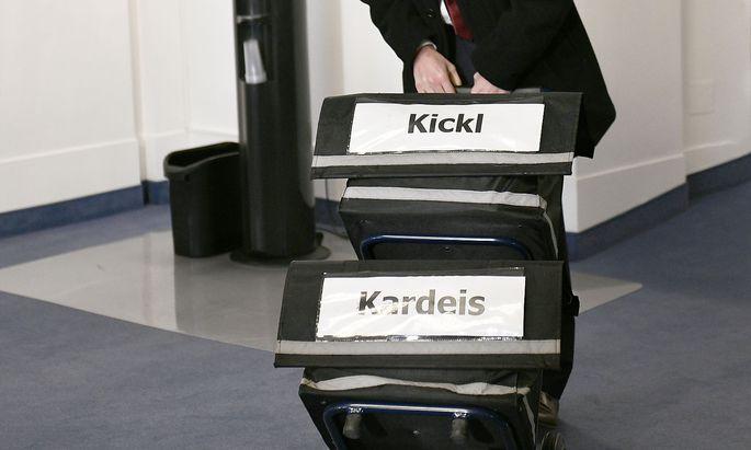 Der U-Ausschuss erreichte mit der Befragung Innenminister Herbert Kickls am Dienstag einen Höhepunkt. Im Bild die Anlieferung der Akten.