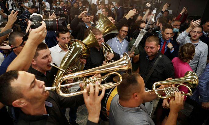 Siegesfeier mit Blasmusik: In der Zentrale der Regierungspartei SNS wurde ausgelassen – und ohne Babyelefant – gefeiert.