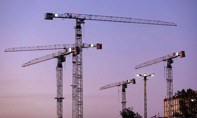 Baukraene auf einer Baustelle in Koeln. Koeln, 23.07.2019 *** Construction cranes on a construction site in Cologne Cologn