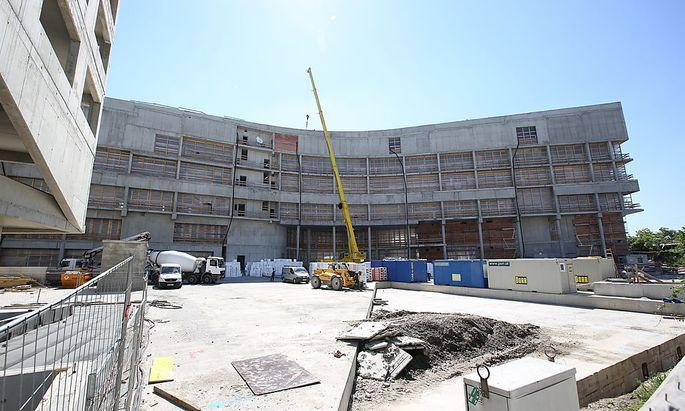 Der Rohbau des Krankenhauses Nord ist fertig. Doch wegen Misswirtschaft und Chaos verzögert sich die Fertigstellung.