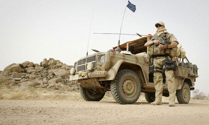 Archivbild eines österreichischen Eufor-Soldaten unter der EU-Flagge im Tschad. Immer mehr hochrangige EU-Politiker denken laut über eine EU-Armee nach.