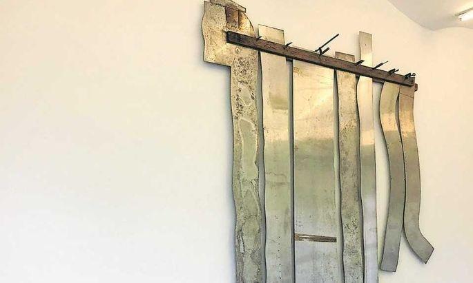 Wie von einer Arte-Povera-Wäscheleine hängt diese Installation in der Gallerie Crone von der Wand.