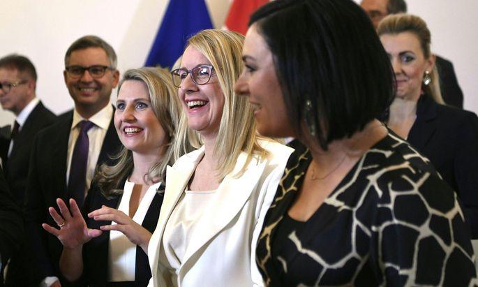 Gruppenfoto der Mitglieder der neuen Bundesregierung (v.l.) Integrationsministerin Susanne Raab (ÖVP) Wirtschaftsministerin Margarete Schramböck (ÖVP) und Landwirtschaftsministerin Elisabeth Köstinger (ÖVP)