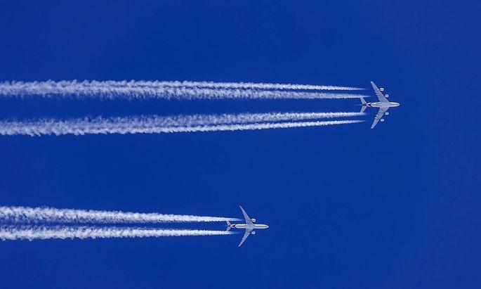 AUT, Oesterreich, Austria, Innsbruck, 29.12.2018: Zwei Jets von Thai Airways auf dem Weg nach Bangkok. Sie ziehen Konden