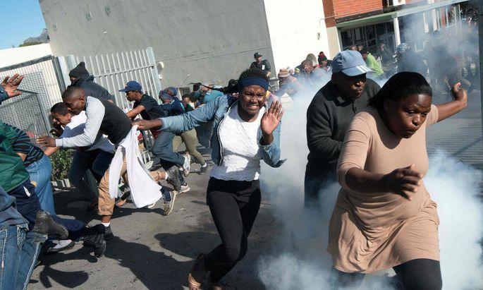 In Hout Bay, einem Vorort von Kapstadt, kommt es seit Tagen zu Ausschreitungen.