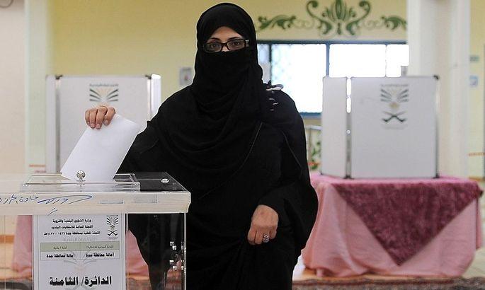 Eine Frau in Saudiarabien bei der Stimmabgabe am Samstag