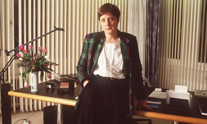 Angela Merkel stieg als Pressesprecherin des ostdeutschen CDU-Ministerpräsidenten Lothar de Maizière 1990 in die Politik ein.