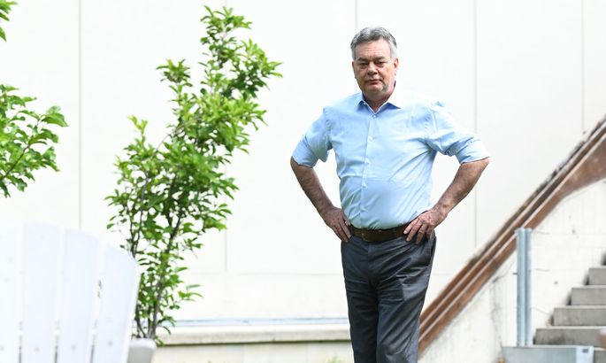 Ein Grüner im Grünen: Vizekanzler Werner Kogler im Garten des Restaurants Salonplafond im MAK, dem Museum für Angewandte Kunst, in Wien.