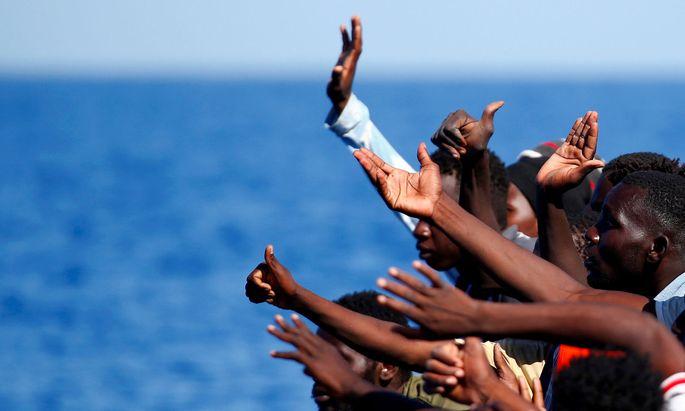 """Wohin mit ihnen? Italiens neue Regierung will auch keine Bootsmigranten aufnehmen, die von der EU-Marinemission """"Sophia"""" aus dem Mittelmeer gefischt werden."""