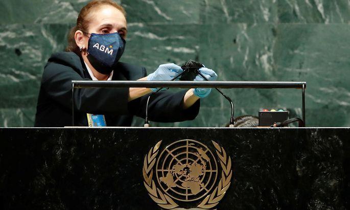 Nach jeder Rede wird das Mikrophon desinfiziert - ein Bild von der Hauptversammlung der UNO in New York.