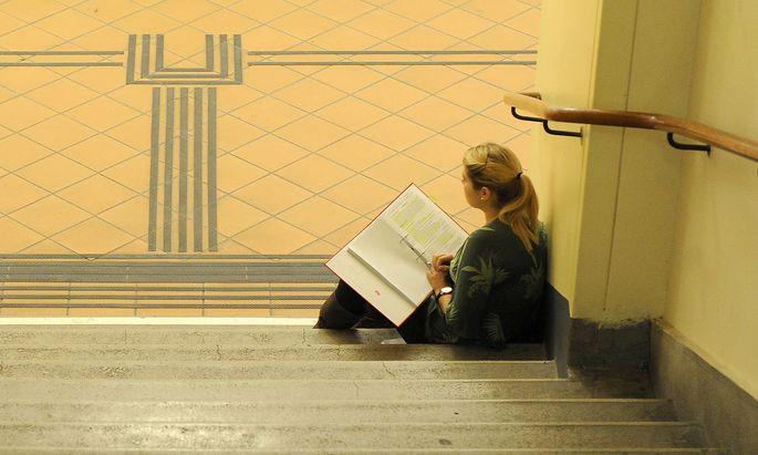 Symbolbild: Studentin im Treppenhaus der Uni Wien.