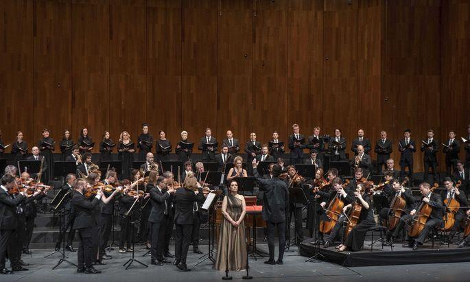 """Currentzis' Orchester """"musicAeterna"""", hier mit mit Nadezhda Pavlova (Sopran)."""