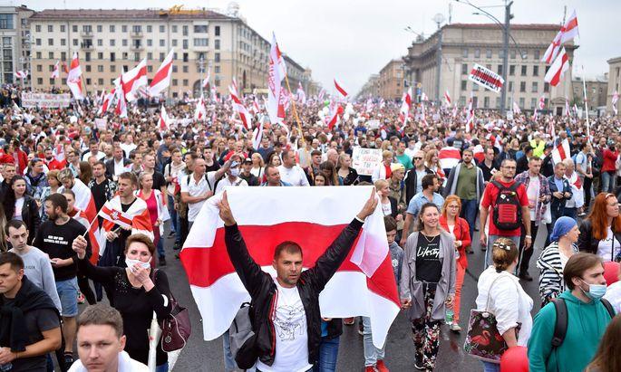 Weiß-rot-weiß gegen Lukaschenko: Der Protest der Belarussen gegen seine umstrittene Wiederwahl lässt nicht nach.