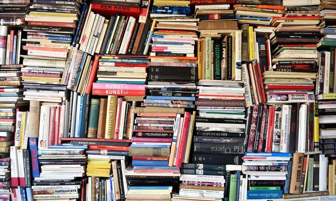 Eine Bücherwand bietet sich als repräsentativer Hintergrund für die Videotelefonie geradezu an.
