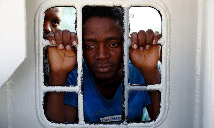 Archivbild: Ein Flüchtling, der die Überfahrt nach Sizilien überlebt hat.