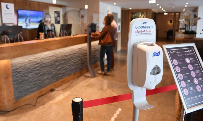 Ein Spender mit Desinfektionsmittel steht am Eingang eines Hotels.