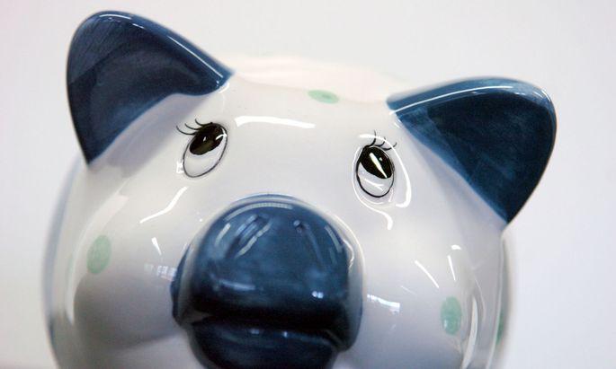 Die Sparquote ist derzeit aus zweierlei Gründen hoch.