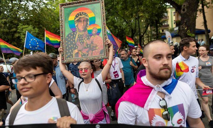 Dieses Bild der Gottesmutter mit Jesus Christus samt Regenbogen-Heiligenschein von einer Demo im Jahr 2019 sorgt für ein juristisches Nachspiel in Polen.