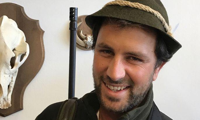Tirols SPÖ-Chef Georg Dornauer posiert auch auf Facebook gerne als Jäger. Nun musste er sich über das soziale Netzwerk aber für seinen Umgang mit der Waffe entschuldigen.