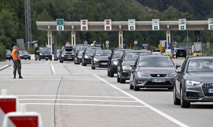 Rückreise-Chaos an Kärntens Grenzen zu Slowenien: Vor dem Karawankentunnel betrug die Wartezeit am Wochenende mehr als zehn Stunden, am Loiblpass waren es sieben.