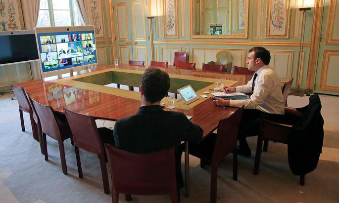 Frankreichs Staatspräsident, Emmanuel Macron, leistet per Videoschaltung europapolitische Überzeugungsarbeit.