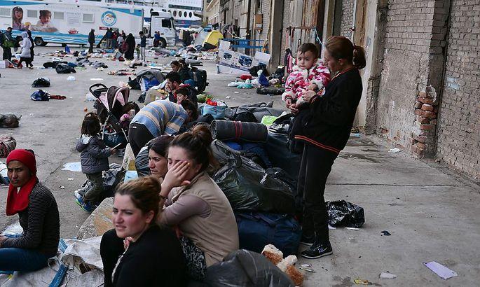Flüchtlinge warten am Hafen von Piräus.